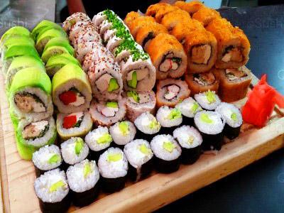 83 piezas de sushi en Sushi Sunday Delivery, Macul